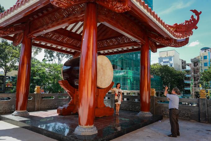 """""""Đây là lần đầu tiên tôi tới tham quan chùa. Cảm giác choáng ngợp vì ngôi chùa to và đẹp"""", ông Dũng (63 tuổi, quận Tân Phú) nói."""