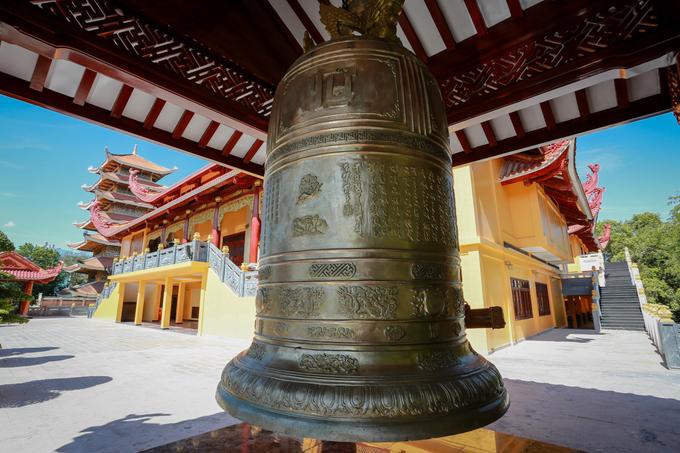 Ngôi chùa còn có quả chuông lớn (cao 2,9 m, rộng 1,6 m, nặng 3 tấn) được nhóm nghệ nhân ở Huế tôn tạo với hoa văn thuần Việt, mang đậm phong cách trang trí văn hóa Phật giáo Việt Nam.