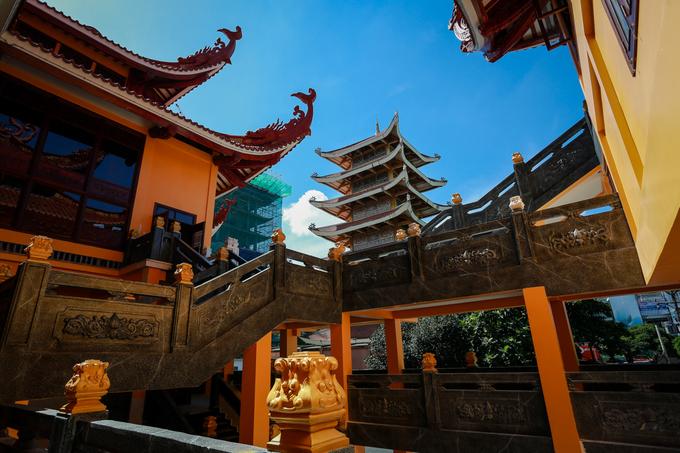 Dãy hành lang trong chùa được thiết kế hài hòa để du khách vừa vãn cảnh, vừa chiêm ngưỡng toàn cảnh hai tòa bảo tháp.