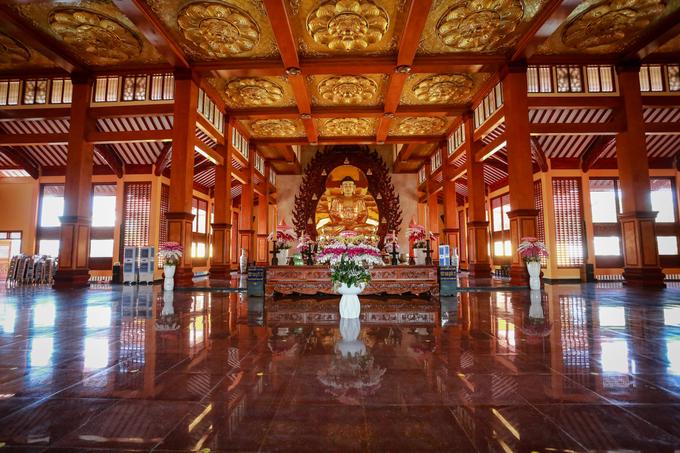 Bên trong chánh điện có Tượng Phật do Tăng Ni, Phật tử miền Bắc cung tiến với kỹ thuật của các nghệ nhân làng đồng Ý Yên (Nam Định), tôn tạo và hoàn thiện tại chỗ. Tượng nặng 35 tấn, cao 7,5 m.