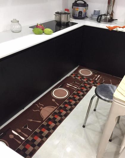 Ban đầu kiến trúc sư đưa ra tông màu cho phòng bếp là xanh lá, nhưng chị Trân đã sửa thiết kế thành màu đen cho hợp mệnh. Mọi chi tiết đều được đầu tư đồ tốt nhất có thể, với kinh phí đầu tư lớn gấp 1,5 lần mức đầu tư phòng khách.