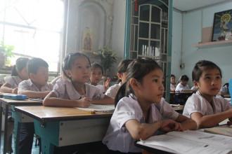 Hầu hết học sinh theo học lớp cô Thảo đều là dân nhập cư và không biết chữ.