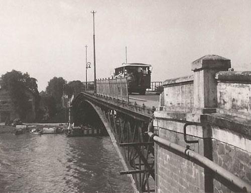 Theo nguyên bản ngày xưa, cầu Mống được dùng cho cả người đi bộ và xe cơ giới. Về sau, cầu chỉ còn dành cho người đi bộ. Ảnh: T.L