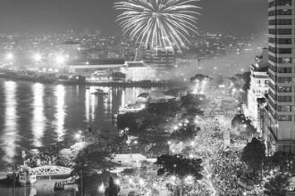 Ảnh chụp vào tối 30/4/2005, Sài Gòn bừng sáng trong đêm kỉ niệm 30 năm ngày giải phóng miền Nam, thống nhất đất nước. Rất đông người dân TP. Hồ Chí Minh đứng xem pháo hoa tại khu vực bến Bạch Đằng, TP. Hồ Chí Minh