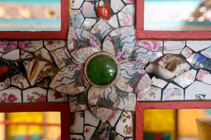 Trong nhiều năm xây dựng, tăng ni phật tử phải tỉ mỉ chọn lựa, cắt dán những mảnh sành phế liệu thành các đề tài nhà Phật với mảng màu sắc thích hợp.