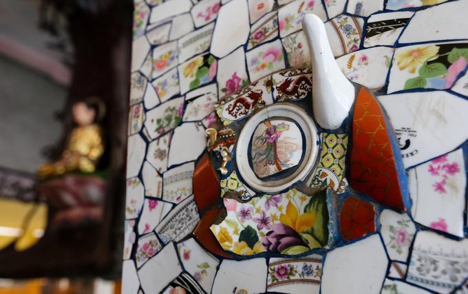 Điểm đặc biệt của chùa là gần như toàn bộ công trình được dán bằng mảnh sành sứ của chén bát, dĩa, ấm trà... bị vỡ. Việc này được thực hiện từ năm 1961, khi chùa bắt đầu được trùng tu, xây dựng lại.