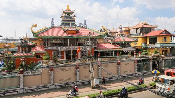 Chùa An Phú (quận 8, TP HCM) nằm gần cầu Chánh Hưng, do Hòa thượng Thích Thanh Đức xây dựng năm 1847. Qua nhiều thăng trầm, chùa dần hoang phế cho đến năm 1961, hòa thượng Thích Từ Bạch đã thiết kế, xây dựng lại chùa và hoàn thành như ngày nay vào năm 1999