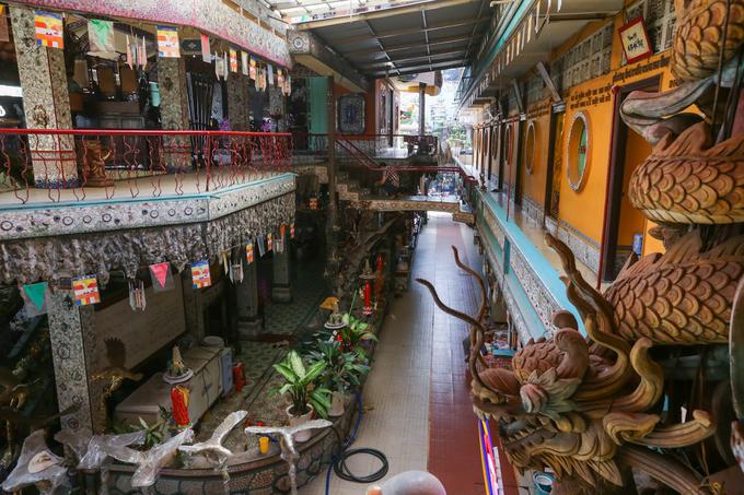 Chùa xây theo lối cổ lầu, chia làm hai khu là khu thờ phụng nằm dọc theo đường Chánh Hưng; khu vực giảng đường, tăng phòng, khách đường ... nằm dọc sau chùa.