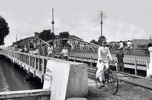 Năm 1949, cầu được xây dựng cố định có thêm đường sắt (Ảnh: Panoramio)