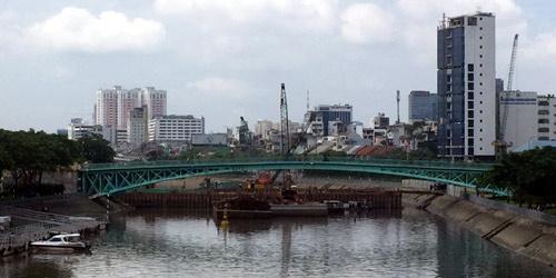 Cầu Mống. Bên cạnh là công trình xây dựng cống ngăn triều