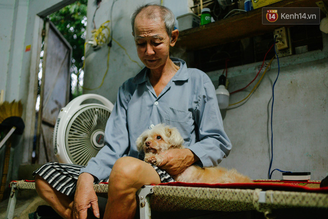 Sau những buổi đi bán vé số, cô đào Trang Kim Sa lại trở về căn nhà nhỏ nơi có bà Hai cùng chú chó nhỏ bầu bạn.