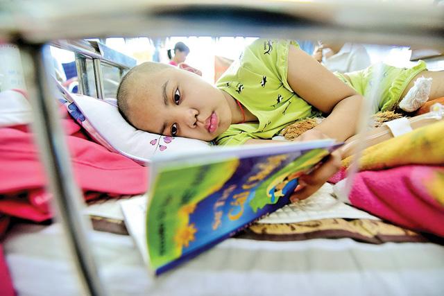 Niềm vui của em Nhã Vân (11 tuổi) là đọc truyện cổ tích