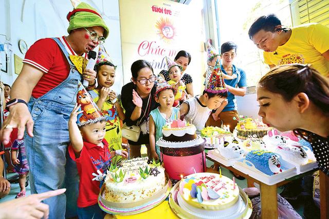 Các bệnh nhi sinh trong tháng 11 đang điều trị tại Bệnh viện Nhi Đồng 2 (TP.HCM) thổi nến mừng sinh nhật