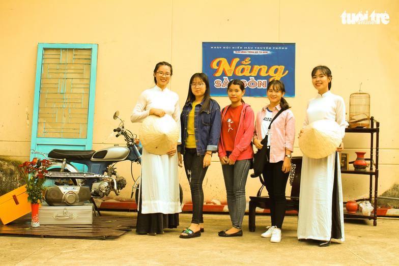 Một số tình nguyên viên phụ trách khu vực chụp ảnh diện áo dài trắng để đồng bộ với ý tưởng chung của ngày hội – Ảnh: MAI PHƯƠNG