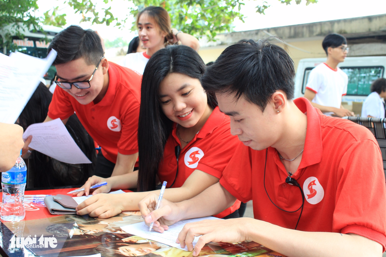Tình nguyện viên CLB Hành Trình Đỏ TP.HCM – Ảnh: MAI PHƯƠNG