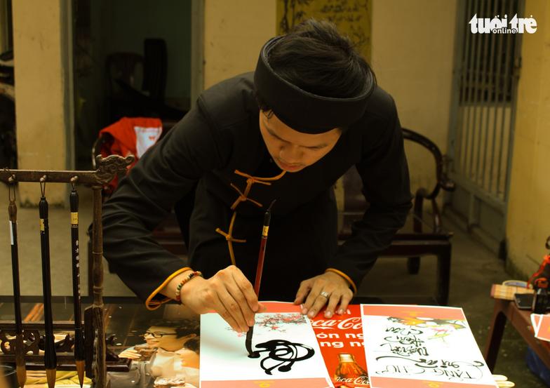 """Ông Đồ xuất hiện trong """"Nắng Sài Gòn"""" viết thư pháp tặng người hiến máu – Ảnh: MAI PHƯƠNG"""