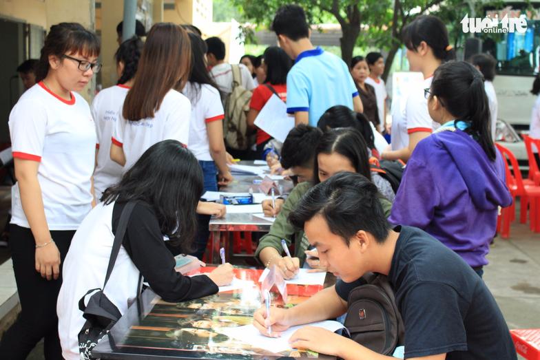 Từ sáng sớm đã có đông bạn trẻ đến đăng ký hiến máu – Ảnh: MAI PHƯƠNG