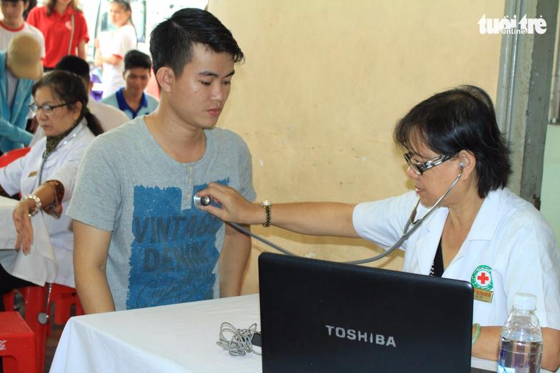 Bác sĩ kiểm tra sức khỏe của các tình nguyện viên tham gia hiến máu – Ảnh: MAI PHƯƠNG