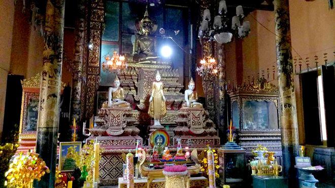 Bên trong chính điện tập trung nhiều tác phẩm nghệ thuật tinh xảo, chạm khắc công phu. Giữa chính điện là tượng Phật ngồi trên tòa sen cao 6,8m được đúc vào năm 1916