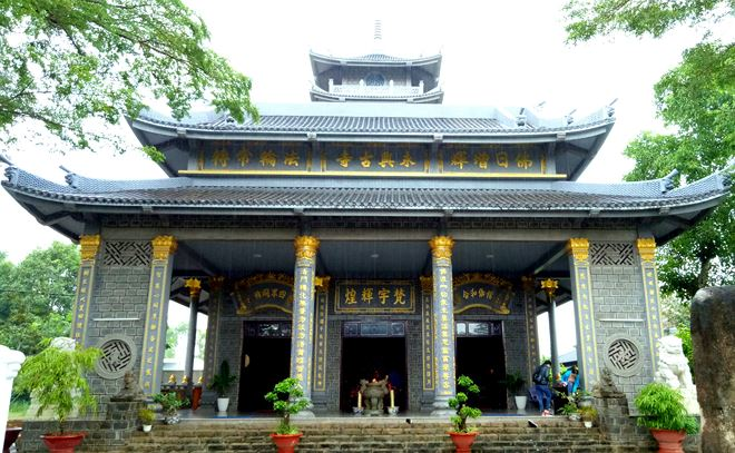Chùa Vĩnh Hưng - còn gọi là Tổ đình Vĩnh Hưng, được thành lập năm 1912, tọa lạc tại số 110 Trần Hưng Đạo, khóm 2, phường 2, TP Sóc Trăng
