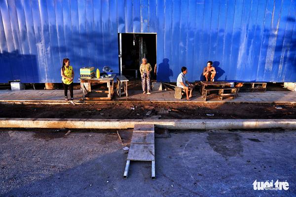 Buổi sáng tại một lán trại được bao bọc bởi hàng rào công trường - Ảnh: HỮU KHOA