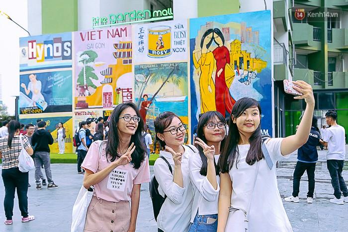 """Các cô gái xinh xắn thích thú """"selfie"""" tại các mẫu quảng cáo độc đáo thời xưa ở Sài Gòn."""