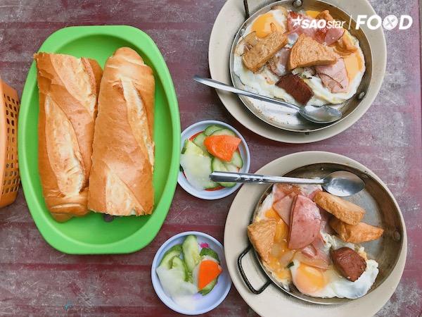 Đi kèm cùng với thức ăn là một ổ bánh mì nóng hổi và giòn rụm, tiếp thêm chút vị chua ngọt là dưa leo, củ cải ngâm chua để món ăn đỡ ngấy. Rắc tí tiêu cho thơm và nước tương chan hoà đậm vị, thế là có thể bắt tay vào thưởng thức rồi.