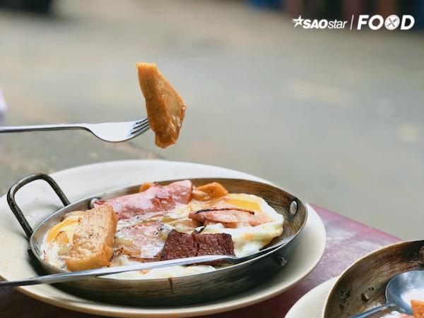 Chấm bánh mì trực tiếp vào lòng đỏ trứng hay sắp xếp từng thức ăn trên miếng bánh mì để có thể cảm nhận được mọi hương vị cùng lúc cũng là gợi ý hay. Bánh mì giòn thơm, trứng mang đến cái béo mềm, rồi nào chả cá dai dai, thịt nguội cân bằng lại chút vị mặn hay pate bùi bùi,… thật sự mọi vị giác đều hoà vào tạo nên tổng thể một bữa ăn ngon miệng.