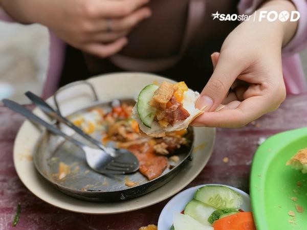 Mọi thức ăn đều do quán tự tay chuẩn bị, bạn đừng quên dưa leo củ cải ngâm chua để làm tươi giòn khuôn miệng nhé. Phần thập cẩm có thể sẽ làm bạn no căng vì thức ăn nhiều và ổ bánh mì khá to. Như thế đã đủ năng lượng cho một ngày mới rồi đúng không?