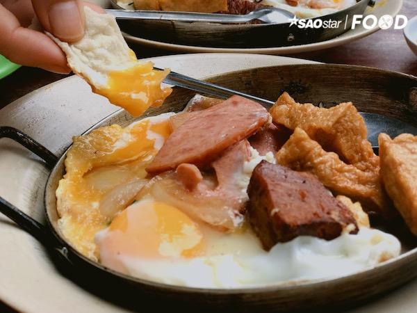 Mỗi ngày phục vụ thực khách chỉ vào lúc sáng, quán vẫn luôn đông đúc thực khách. Có những người lớn tuổi đến đây để tìm chút dư vị của Sài Gòn xưa cũ, các bạn trẻ thì tò mò muốn khám phá xem hương vị của ẩm thực truyền thống là như thế nào. Đặc biệt, quán còn thu hút những du khách nước ngoài, bởi họ truyền tai nhau rằng, nếu chưa ăn bánh mì Hoà Mã thì xem như hành trình khám phá Sài Gòn vẫn chưa trọn vẹn.