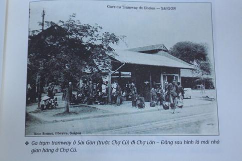 Ga trạm tramway ở Sài Gòn (trước Chợ Cũ) đi Chợ Lớn. Đằng sau hình là mái nhà gian hàng ở Chợ Cũ