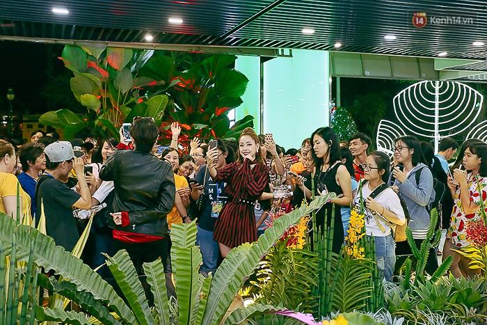 Nơi đây cũng thường xuất hiện các hot girl, nghệ sĩ nổi tiếng nên các bạn trẻ càng đổ xô đến chụp ảnh cùng