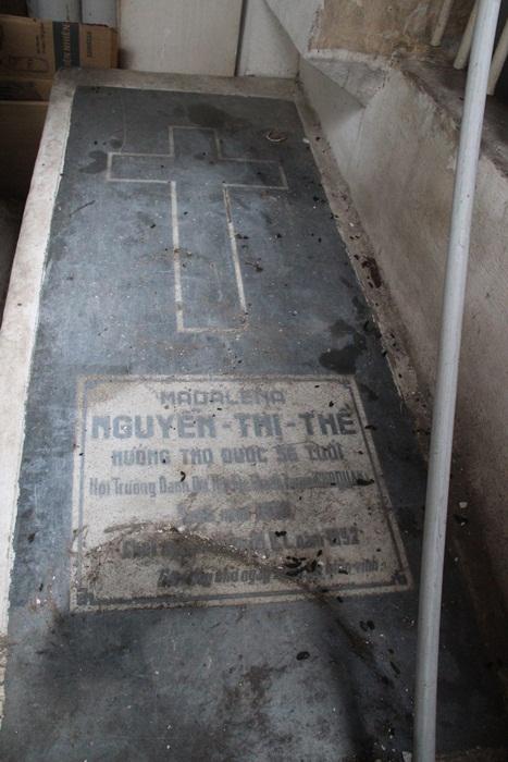 Ở góc bên phải bị hàng hóa vật dụng của người dân để lên trên che lấp mộ bà Nguyễn Thị Thể. Hiện chưa xác định mối quan hệ giữa bà với ông Tấn