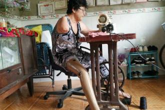 Công việc hằng ngày của bà Đào chính là khâu vá quần áo từ chiếc máy may cũ.