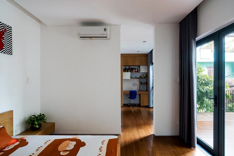 Phòng ngủ nhỏ có cửa lớn hướng ra ban công lấy ánh nắng.