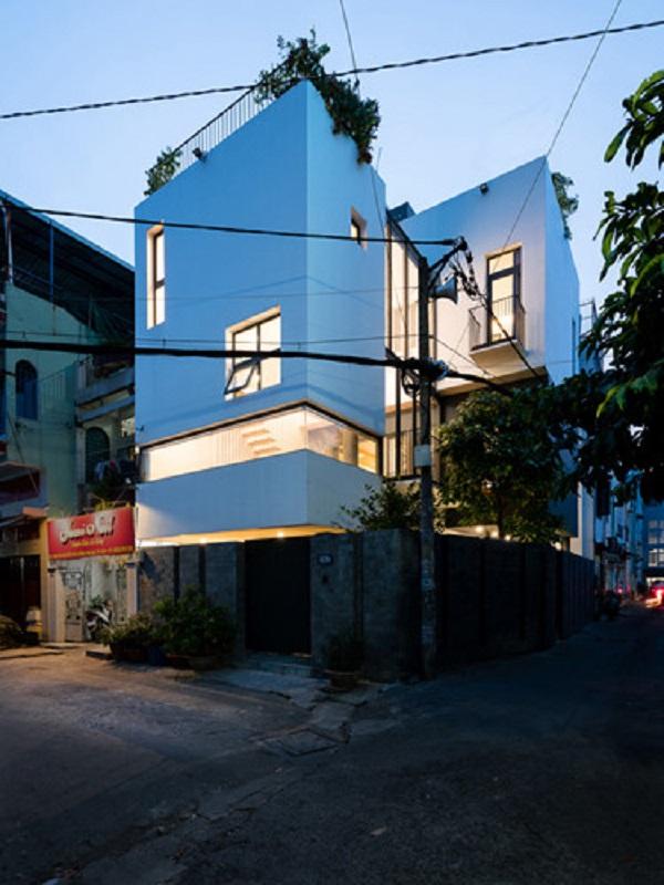 Bên ngoài, ngôi nhà Sài Gòn này không có gì nổi bật nhưng bên trong là cả một không gian xanh đáng mơ ước.