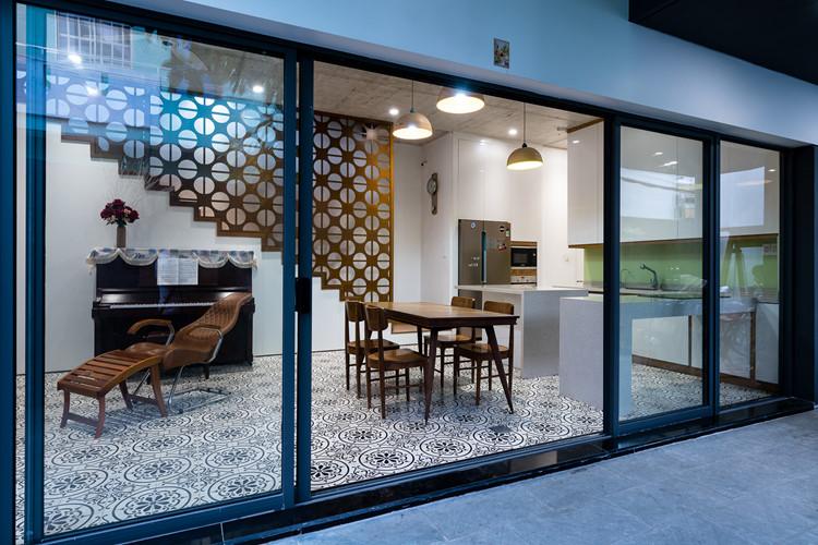 Phòng bếp lát gạch hoa văn đẹp mắt có cửa kính lớn hướng ra không gian bên ngoài