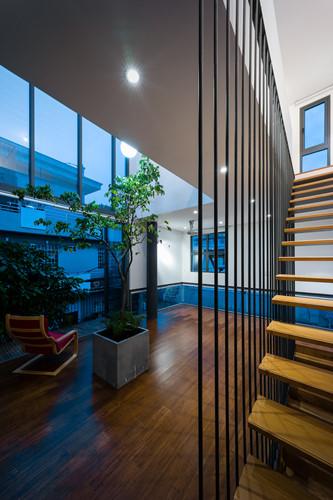 Cầu thang gỗ dây cáp tạo những khe hở đón gió và ánh sáng.