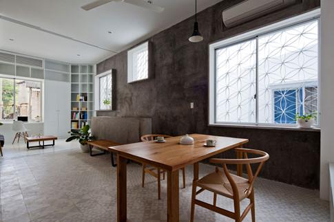 Giải pháp lấy ánh sáng và điều hòa không khí tự nhiên, đồng thời tăng mối liên kết giữa bên trong và bên ngoài ngôi nhà qua hệ thống cửa sổ dày đặc.