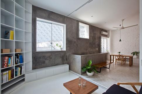 Các mảng tường được tận dụng làm thành hệ thống tủ, kệ tăng công năng sử dụng trong nhà, đồng thời chính vật dụng mà gia chủ đặt vào từng vị trí của kệ cũng góp phần tạo nên dấu ấn riêng