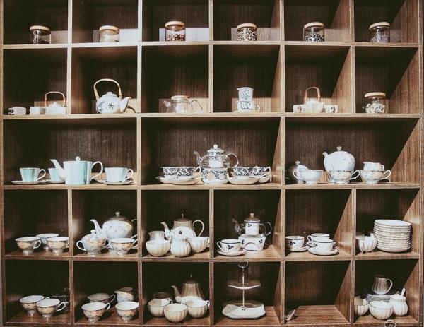 Tiệm còn bày bán nhiều tách trà khá xinh xắn (Nguồn: 38 Flower Market Tea House)