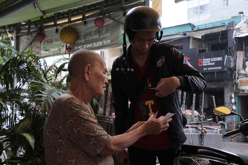 Bà Hai cố gắng mời chào mấy tờ vé số cuối cùng trước 12 giờ trưa