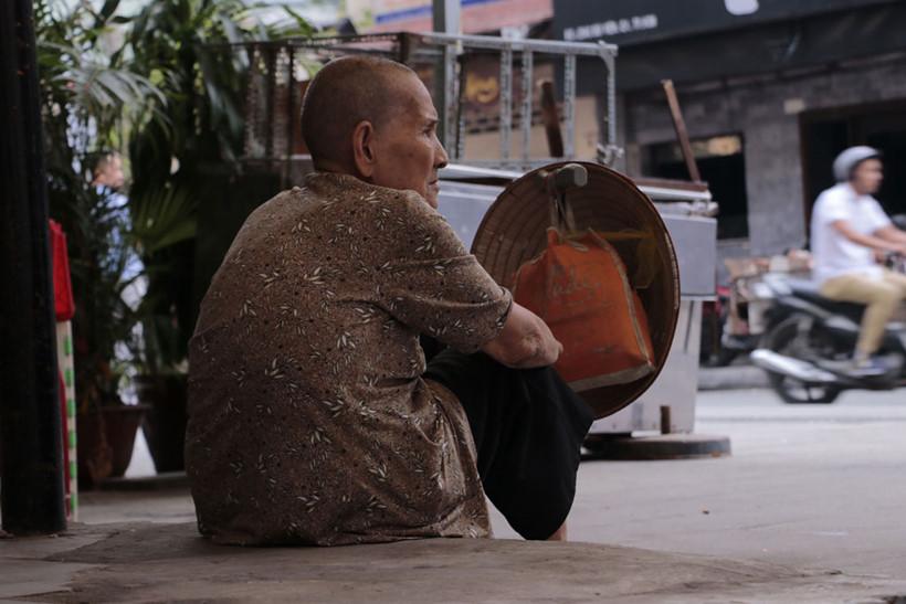Cứ đến 12 giờ trưa, bà Hai lại ngồi trước con hẻm 254 trên đường Bùi Viện đợi người ta mang vé số đến, cũng để trả lại số vé dư nếu bà không bán hết