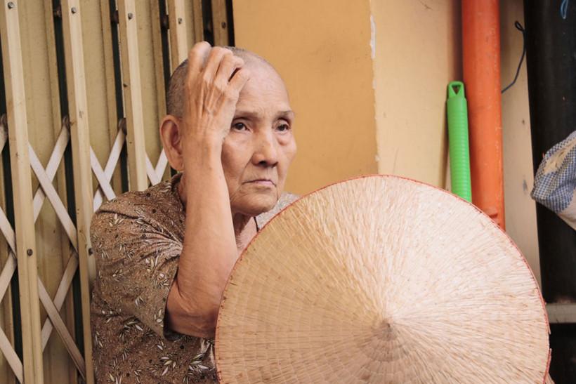 """Trời cho bà trí nhớ tốt, nên dù đã đi quá """"một đời người 60 năm"""" như người ta hay nói, bà vẫn còn minh mẫn, nhớ nhiều chuyện cũ và những người tốt, kẻ xấu từng gặp trong đời"""