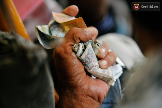 Suốt những năm qua những đồng tiền lẻ này đã nuôi sống 2 cha con qua những ngày gian khó.