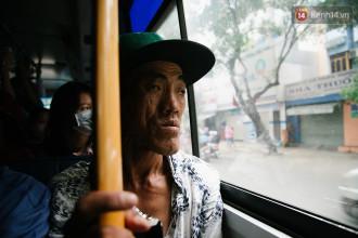 Hàng ngày ông vẫn thường di chuyển bằng xe buýt đi khắp nơi ở Sài Gòn để mưu sinh.
