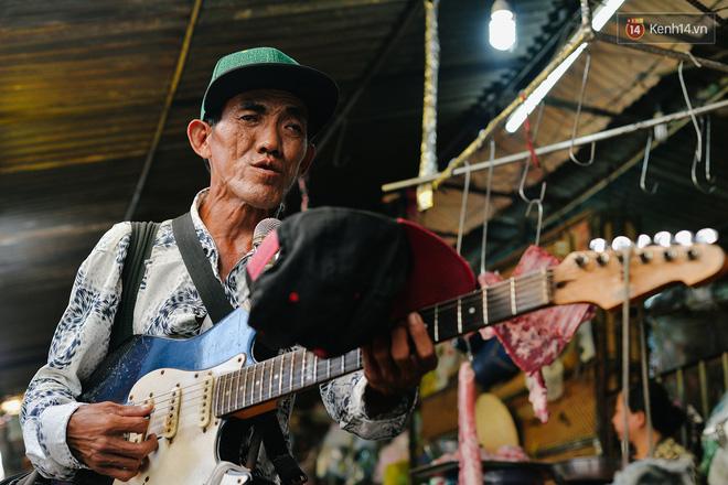 Năng khiếu âm nhạc bẩm sinh giúp ông Tám nhanh chóng học thành thạo các ngón đàn.