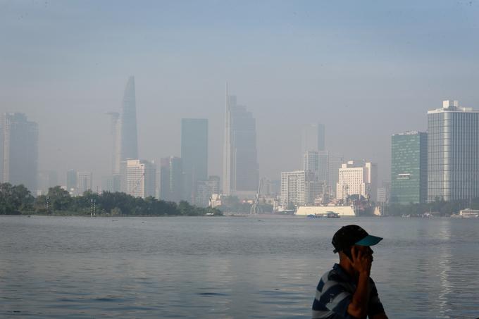 8h, nhiều cao ốc, nhà cao tầng trung tâm TP HCM còn lãng đãng sương giăng.