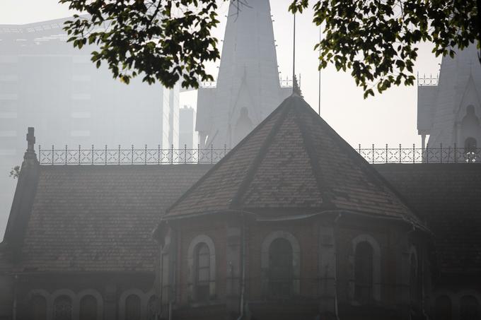 Mặt sau Nhà thờ Đức Bà - nhìn từ đường Phạm Ngọc Thạch (quận 1) - sương phủ trên mái ngói cổ.