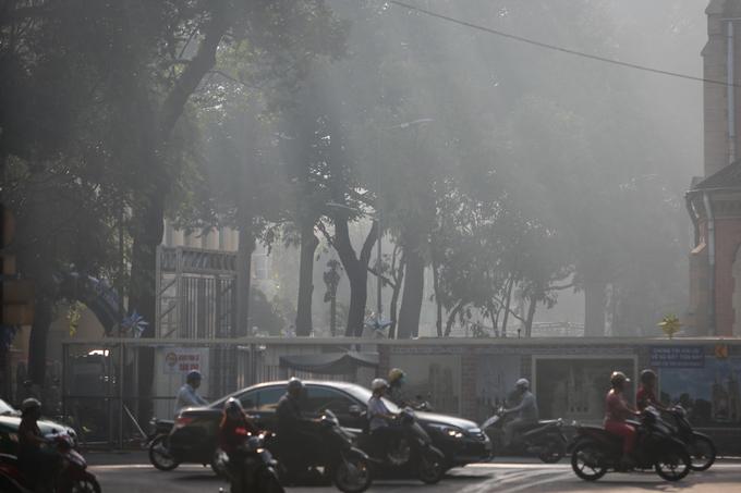 Góc đường Công xã Paris bên hông Nhà thờ Đức Bà lãng đãng sương giăng.